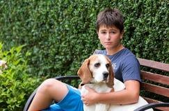 Jeune garçon heureux et son chien Image libre de droits