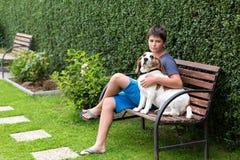 Jeune garçon heureux et son chien Image stock