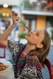 Jeune garçon heureux mangeant des spaghetti photographie stock