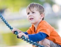 Jeune garçon jouant à l'extérieur Image libre de droits