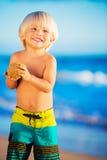 Jeune garçon jouant à la plage Photos stock