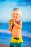 Jeune garçon jouant à la plage Photographie stock libre de droits