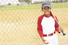 Jeune garçon jouant au base-ball Photo libre de droits