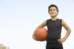 Jeune garçon jouant au basket-ball Images libres de droits