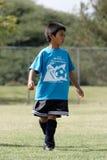 Jeune garçon jouant au football Photographie stock