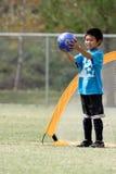 Jeune garçon jouant au gardien de but dans le football Photographie stock libre de droits