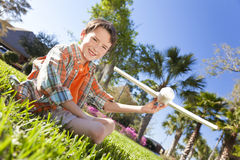 Jeune garçon jouant avec l'avion modèle à l'extérieur Image stock