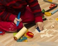 Jeune garçon jouant avec le playdough Images libres de droits