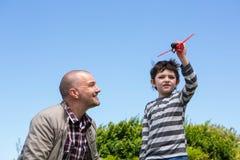 Jeune garçon jouant avec un avion de jouet Images libres de droits