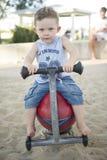 Jeune garçon jouant dans la cour de jeu photo libre de droits