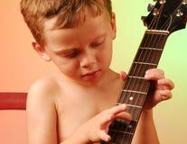 Jeune garçon jouant la guitare Images libres de droits