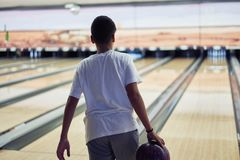 Jeune garçon jouant le bowling photographie stock