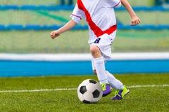 Jeune garçon jouant le match de football du football Photographie stock