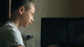 Jeune garçon jouant sur l'ordinateur portatif clips vidéos