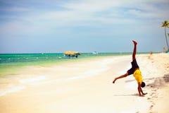 Jeune garçon jouant sur la plage tropicale, concept de vacances d'été images stock