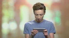 Jeune garçon jouant sur son smartphone clips vidéos