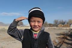 Jeune garçon kirghiz posant pour l'appareil-photo Image stock