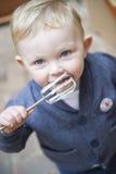 Jeune garçon léchant la pâte lisse photo libre de droits