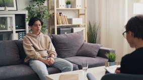 Jeune garçon malheureux s'ouvrant au thérapeute au centre de psychologie juvénile banque de vidéos