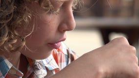 Jeune garçon mangeant le casse-croûte clips vidéos