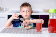 Jeune garçon mangeant son déjeuner Images libres de droits