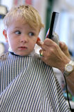 Jeune garçon obtenant une coupe Photographie stock libre de droits