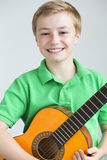 Jeune garçon posant avec une guitare Photo stock