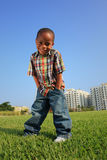 Jeune garçon posant sur l'herbe Images libres de droits