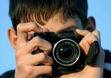 Jeune garçon prenant des photos Photographie stock