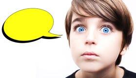 Jeune garçon réfléchi avec une bulle vide de pensée Photographie stock libre de droits