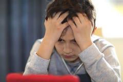 Jeune garçon regardant le comprimé Photo libre de droits