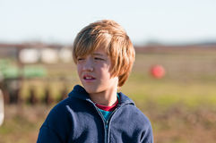 Jeune garçon semblant concerné. Photos stock