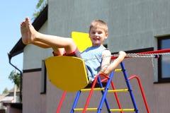 Jeune garçon sur l'oscillation photographie stock libre de droits