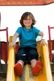 Jeune garçon sur la cour de jeu Image libre de droits