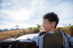 Jeune garçon sur le camion et les sourires Photo stock