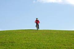 Jeune garçon sur le vélo images stock