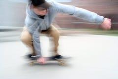 Jeune garçon sur un panneau de patin Photographie stock