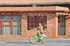 Jeune garçon sur un vélo public de part, Pékin, Chine Images libres de droits