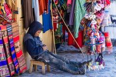 Jeune garçon tenant un magasin de souvenir Photographie stock