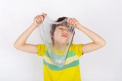 Jeune garçon tenant une boue de scintillement devant lui image stock