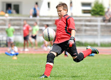 Jeune gardien de but du football ou du football de garçon Image libre de droits