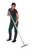 Jeune gardner femelle avec des outils de jardinage Image stock