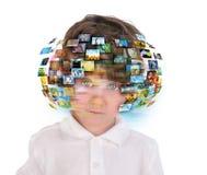 Jeune garçon avec des images de medias Images libres de droits