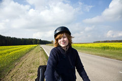 Jeune garçon avec le vélo de montagne en tournée Image stock