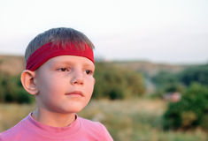 Jeune garçon beau regardant fixement dans la distance Image stock