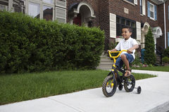 Jeune garçon conduisant sa bicyclette Image stock