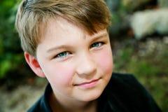 Jeune garçon heureux Image stock