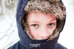Jeune garçon jouant dans la neige Image libre de droits
