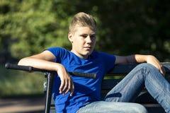 Jeune garçon sur un banc Photographie stock