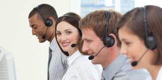 Jeune gens d'affaires avec l'écouteur en fonction Photo libre de droits
